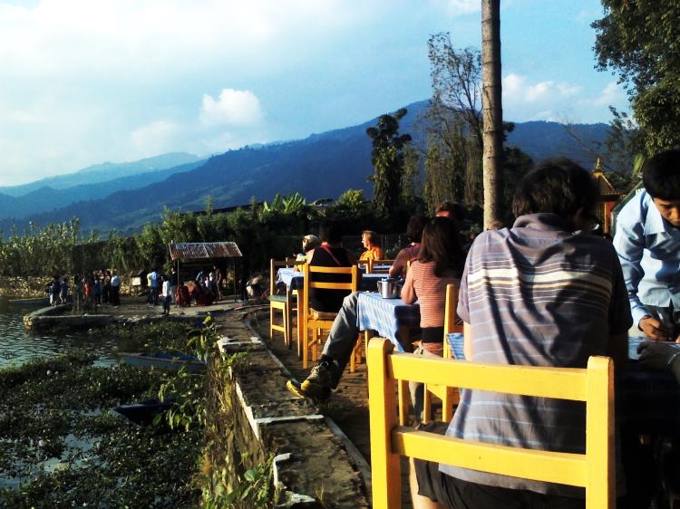 Relajación en la orilla del lago en Pokhara