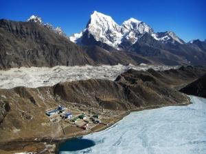 Dudh pokhari glaciar ngozumpa en el fondo